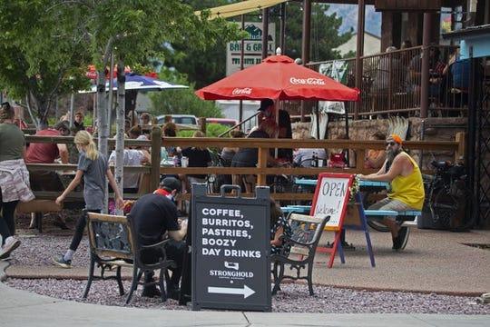 Los negocios llenos del centro de Flagstaff pidieron a la gente que esperara fuera de sus establecimientos para abrir espacio. El servicio de cena se reanudó en Flagstaff con maks necesarios hasta el 11 de julio de 2020.