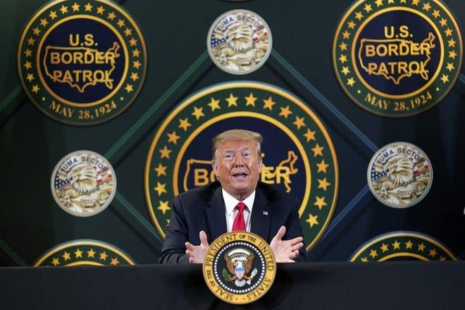 En esta imagen de archivo del 23 de junio de 2020, el presidente de Estados Unidos, Donald Trump, participa en una sesión informativa sobre seguridad de fronteras en la base de la Patrulla Fronteriza en Yuma, Arizona.