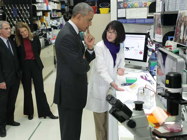 Fact check: Viral photo shows Obama, Fauci visiting NIH lab in 2014