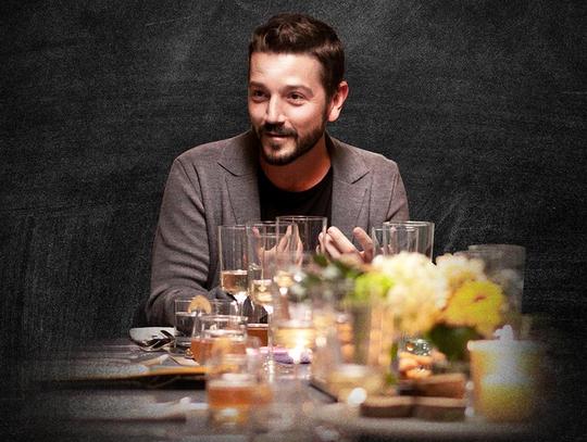 """Diego Luna será el anfitrión de """"Pan y Circo"""", serie en la que invitará a su mesa a distinguidas personalidades de distintos ámbitos, para compartir puntos de vista y degustar deliciosos platillos de reconocidos chefs."""