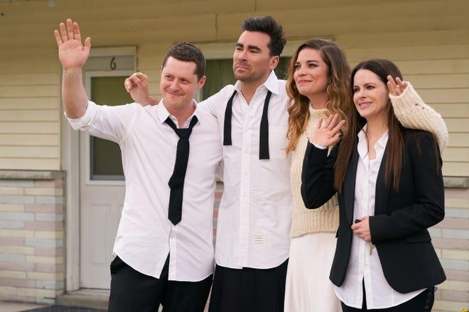"""Patrick (Noah Reid), David (Dan Levy), Alexis (Annie Murphy) andStevie (Emily Hampshire) dans la dernière saison de """"Ruisseau Schitt,"""" ce qui était """"Simplement le meilleur."""""""