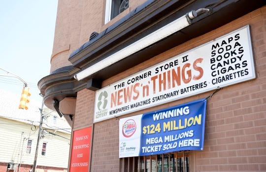 James Carey, direktur eksekutif untuk Lotere Negara Bagian New Jersey, mengadakan konferensi pers di luar Corner Store II, News N Things di Bayonne di mana tiket pemenang senilai $ 124 juta dijual pada hari Senin, 27 Juli 2020.