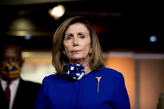 La presidenta de la Cámara de Representantes Nancy Pelosi escucha a un reportero el viernes 24 de julio de 2020 durante una conferencia de prensa en el Capitolio, en Washington.