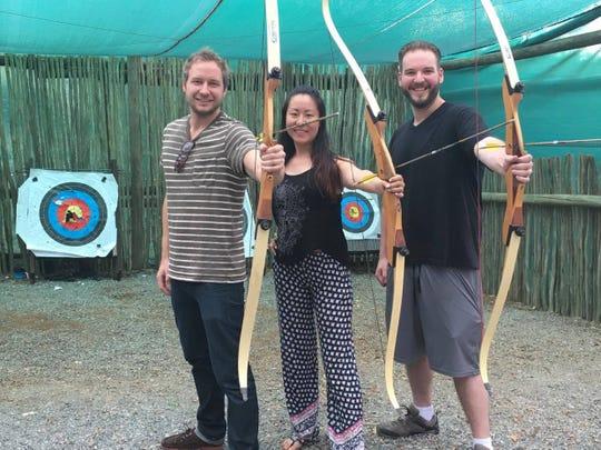 Susie Zhao (tengah) dengan teman-temannya. (Bryce Yockey, Khusus untuk Pers Bebas)