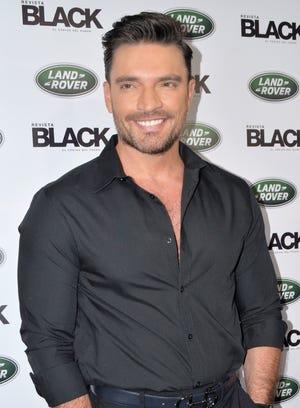 Julián está enamorado de Valeria Marín, con quien sostiene un noviazgo desde hace seis meses.