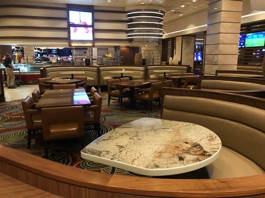 Tempat duduk terbuka sedang dikurangi dan disusun ulang di Toucan Charlie's Buffet & Grille di kasino Atlantis saat prasmanan bersiap untuk dibuka kembali pada 4 Agustus di bawah arahan virus corona saat ini.