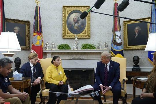El presidente Donald Trump se reúne el jueves 30 de julio de 2020 con la familia de la soldado asesinada Vanessa Guillen en la Oficina Oval de la Casa Blanca en Washington. Al centro, la madre de Vanessa, Gloria Guillen, y a la izquierda, el padre de la soldado, Rogelio Guillen.