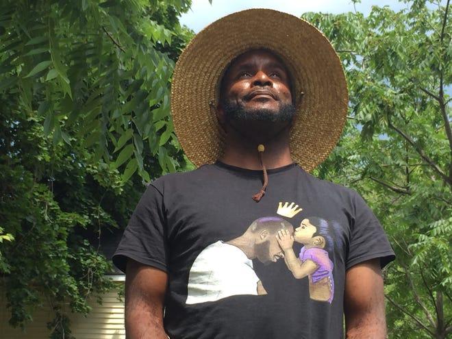 El poeta Rajni Edin se encuentra frente a su casa en Burlington, el 29 de julio de 2020.