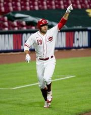 Baseman Cincinnati Reds pertama Joey Votto (19) merayakan setelah memukul home run dua di inning keenam pertandingan MLB antara Cincinnati Reds dan Cleveland Indians di Great American Ball Park di Cincinnati pada Senin, 3 Agustus 2020.