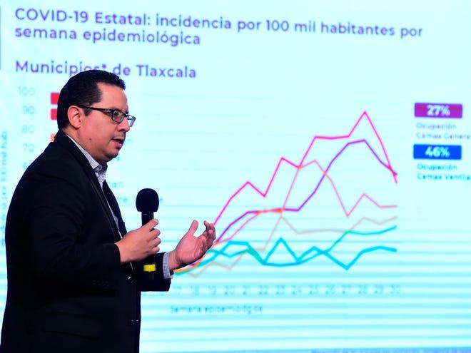 Fotografía cedida por la Presidencia de México del director de Epidemiología, José Luis Alomía, durante una rueda de prensa este lunes en el Palacio Nacional Ciudad de México.