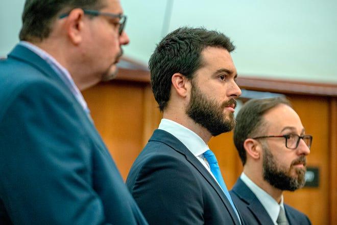 El actor mexicano Pablo Lyle (c) acude junto a sus abogados Alejandro Sola (d) y Philip Reizenstein (i) a una audiencia en un tribunal de Miami, Florida.