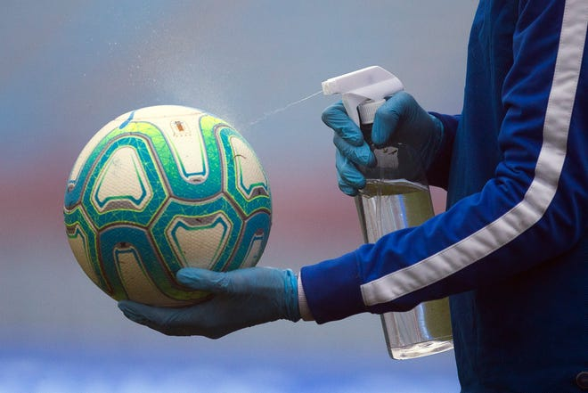 MHSAA, untuk saat ini, berencana untuk terus memainkan sepak bola di musim gugur.
