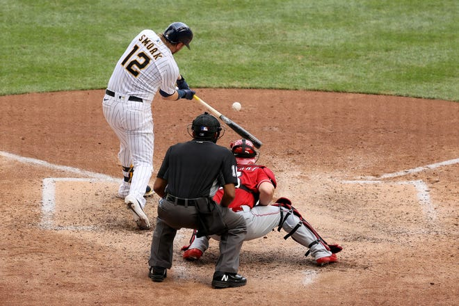 Justin Smoak caps the Brewers' six-run sixth inning going with a two-run single againist Reds.