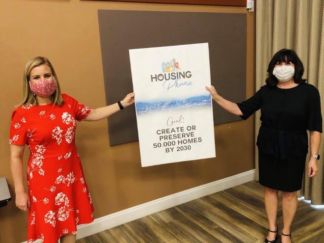 Kate Gallego, alcaldesa de Phoenix , y Cindy Stotler, directora del Departamento de Vivienda.