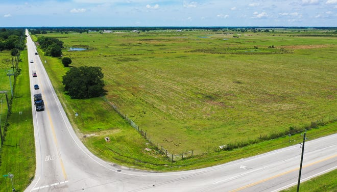 The intersection of Fruitville and Verna Roads looking northwest. More than 3,000 acres of agricultural land is the proposed site of a 2,662-home development with commercial space and full utility service. [HERALD-TRIBUNE ARCHIVE PHOTO / DAN WAGNER]