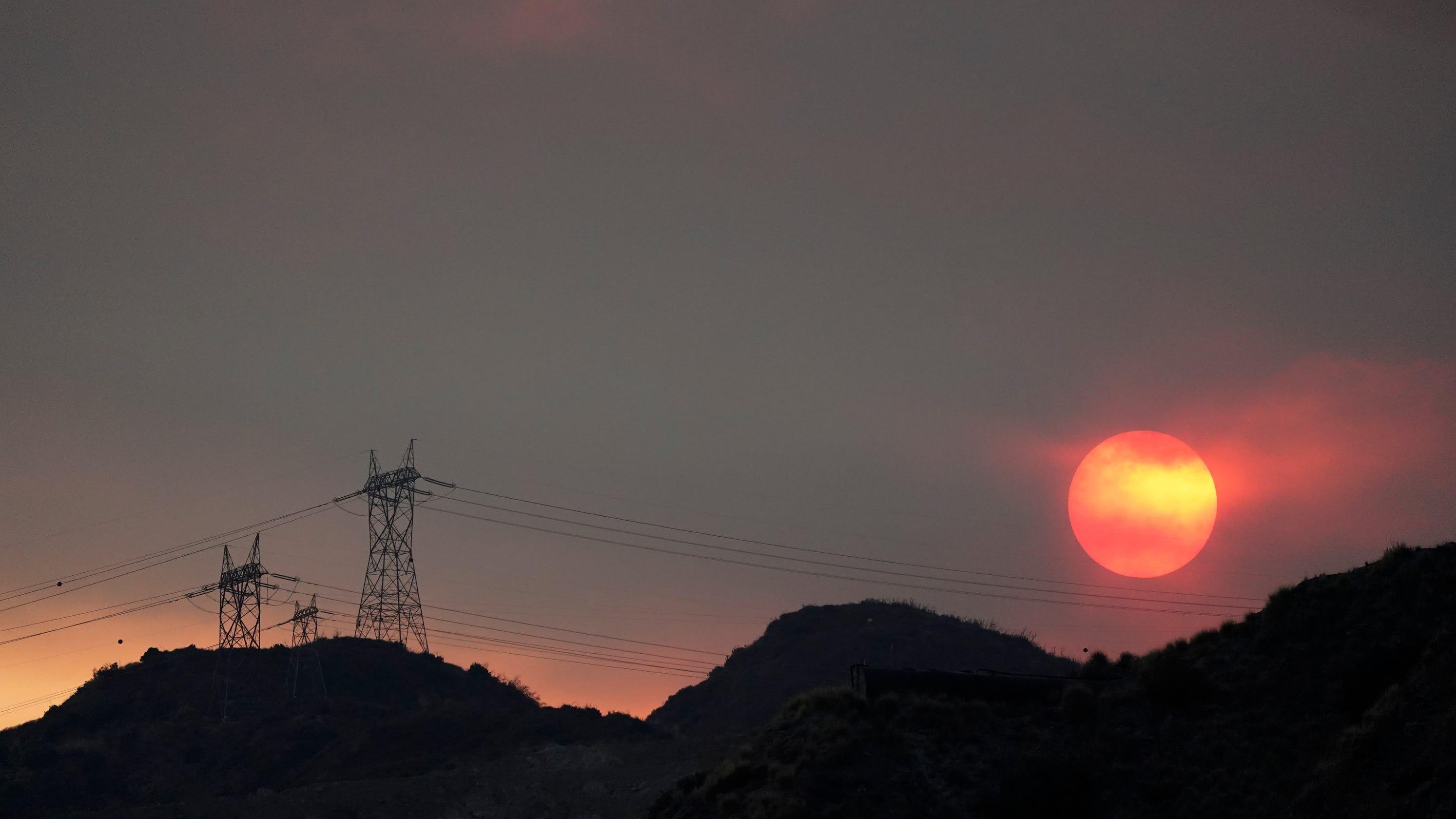 'Dangerous' heat wave scorches western U.S., raising fire threat and coronavirus concerns