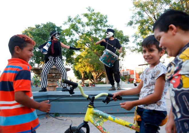"""Integrantes del colectivo """"Azoteas ¿y si miramos hacia arriba?""""  ofrecen una función gratuita de teatro y títeres, el 15 de agosto de 2020, en Guadalajara, estado de Jalisco (México)."""