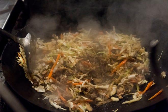 Chop Chae se prepara en una sartén en Jaya's Authentic Foods, el primer restaurante coreano de la región, el jueves 13 de agosto de 2020 por la noche.