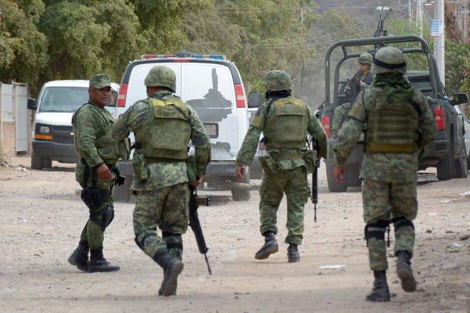 En el interior de los vehículos se encontraron varias armas largas. También se informó que otra camioneta con pistoleros logró escapar.