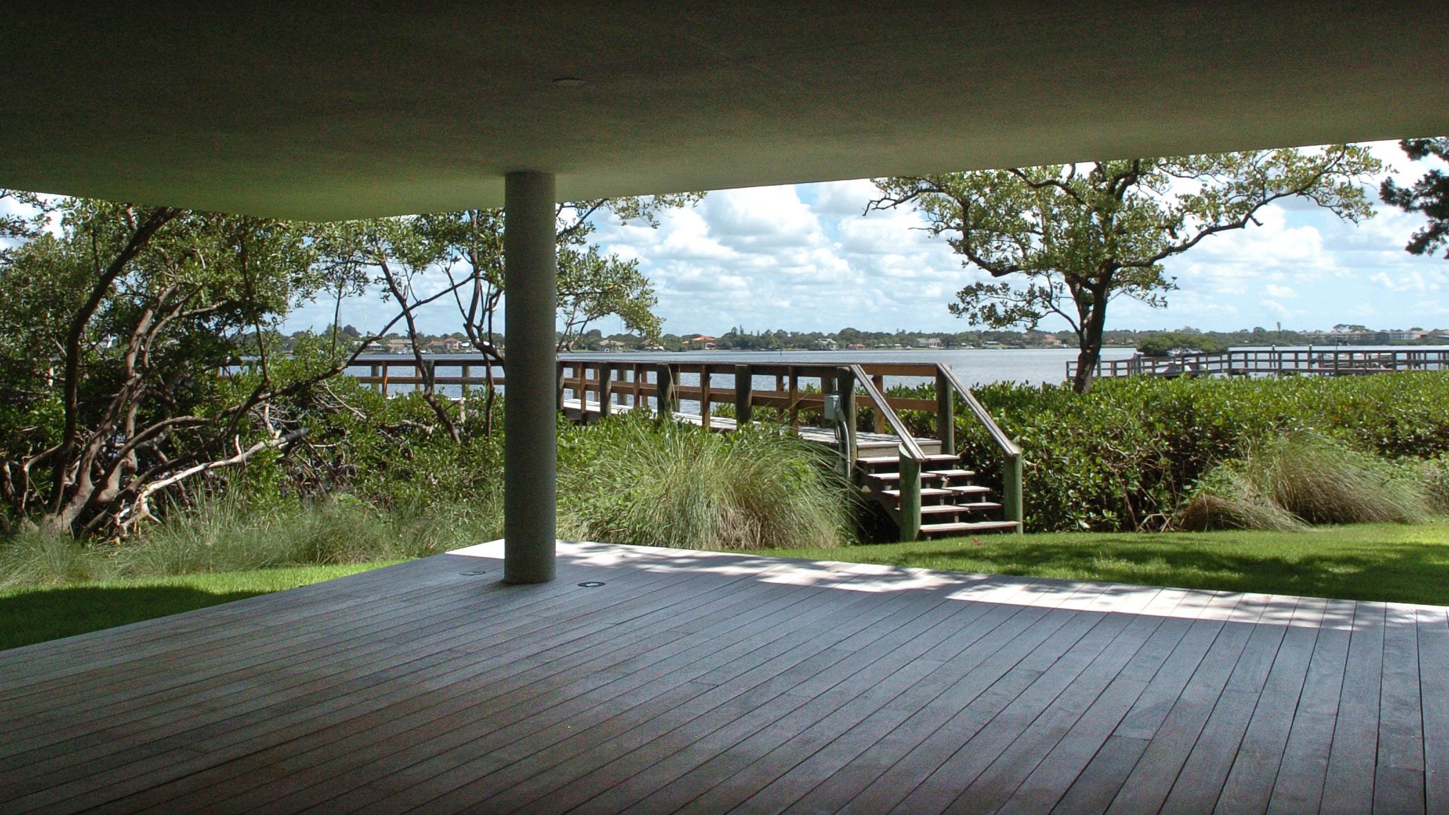 The Casey Key Guest House, designed by Jerry Sparkman of Sweet Sparkman Architects, nestles into the oak hammock on North Casey Key Road near Nokomis. The structure, part of a three-house compound, has won several awards and been publicized around the world. HERALD-TRIBUNE STAFF FILE PHOTO / HAROLD BUBIL