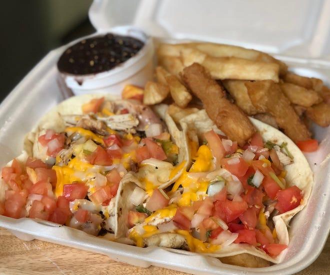 Tacos de pollo asado, frijoles negros y yuca frita de Campestre Chicken, que abrió en junio en Lincoln Park.