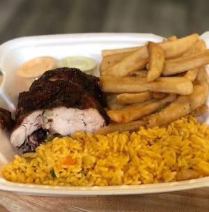 Un cuarto de pollo de Campestre Chicken en Lincoln Park con arroz y papas fritas.