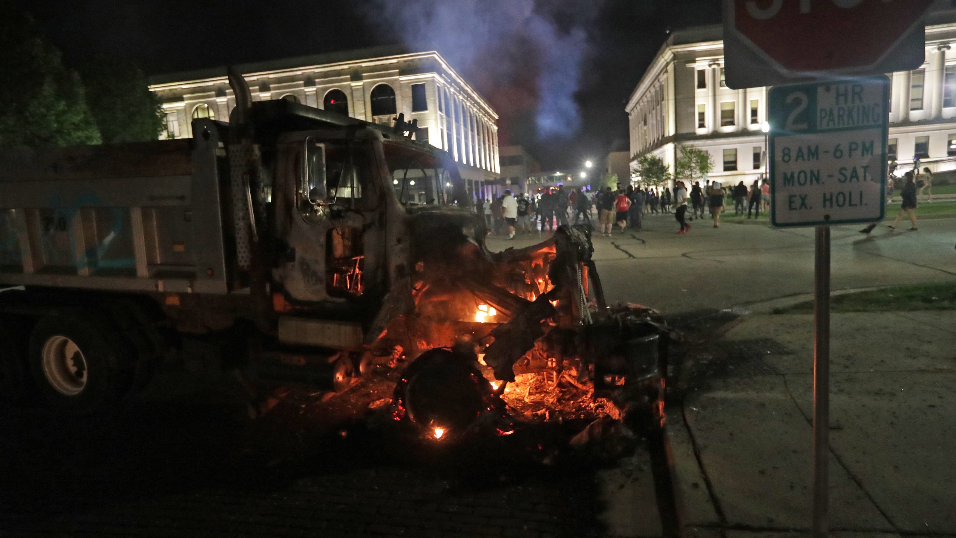 Kenosha protest shooting: 2 dead, 1 injured; police look for gunman