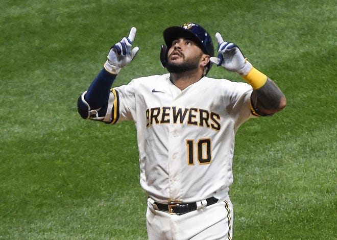 Brewers catcher Omar Narvaez points skyward after smacking a solo homer Monday against the Reds.