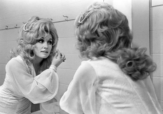Pada tahun 1973, Dolly Parton mempersiapkan di belakang panggung untuk sarapan dan pertunjukan RCA Records di Municipal Auditorium.