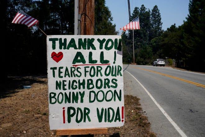 Alguien colgó un cartel en la calle Empire Grade el martes 25 de agosto de 2020 en Bonny Doon, California después del incendio CZU.