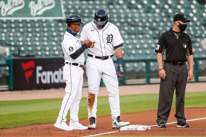 Detroit Tigers retain third base coach Ramon Santiago