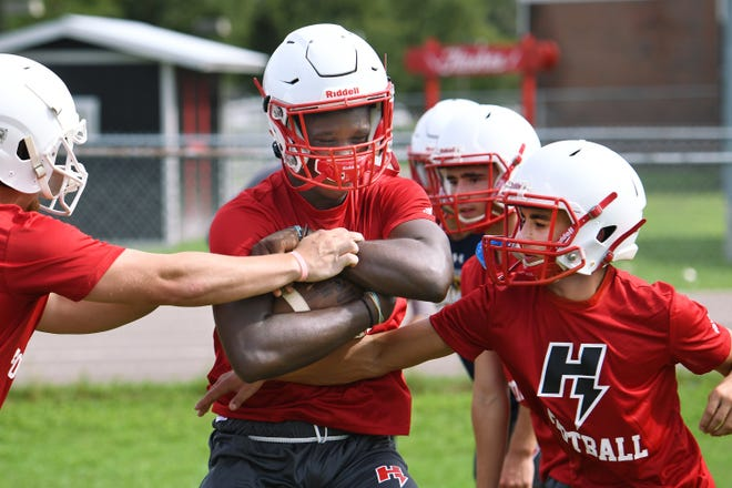 Hilliard running back Tywuan Lee (4) goes through ball handling drills during the team's first practice on Monday.