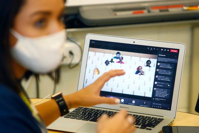 Una maestra da clases virtuales desde su casa.