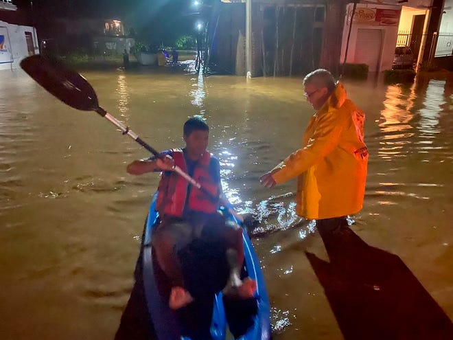 Elementos de Protección Civil del estado de Jalisco (México) auxilian hoy a habitantes de municipios cercanos a su litoral.