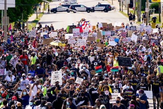 Cientos de personas marchan en un mitin por Jacob Blake el sábado 29 de agosto de 2020 en Kenosha, Wisconsin.