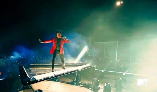 """En esta captura de video publicada en MTV el domingo, The Weeknd reproduce """"Luces cegadoras"""" en los MTV Video Music Awards."""