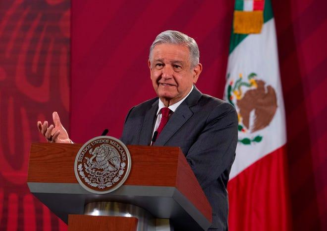 Fotografía cedida hoy por la Presidencia de México que muestra al mandatario Andrés Manuel López Obrador, mientras habla durante una rueda de prensa en Palacio Nacional, en Ciudad de México.