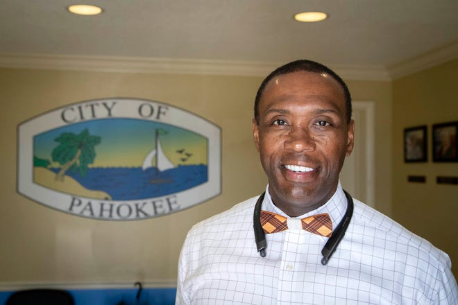 Residents critical of Pahokeecity manager Chandler Williamson's performance have launched a recall petition aimed at removing three city commissioners from office.