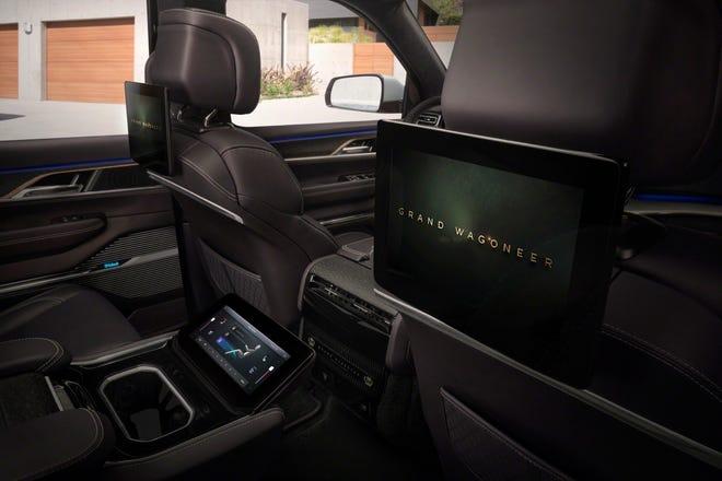Los pasajeros de la segunda fila del Grand Wagoneer Concept tienen una pantalla táctil de información y entretenimiento de 10.1 pulgadas con una cómoda pantalla de 10.25 pulgadas ubicada en la consola central ubicada entre los asientos del capitán.