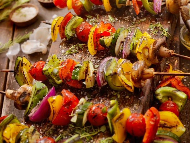 Estas versiones saludables de platos típicamente veraniegos seguro que causan una gran sensación en su próximo pícnic.