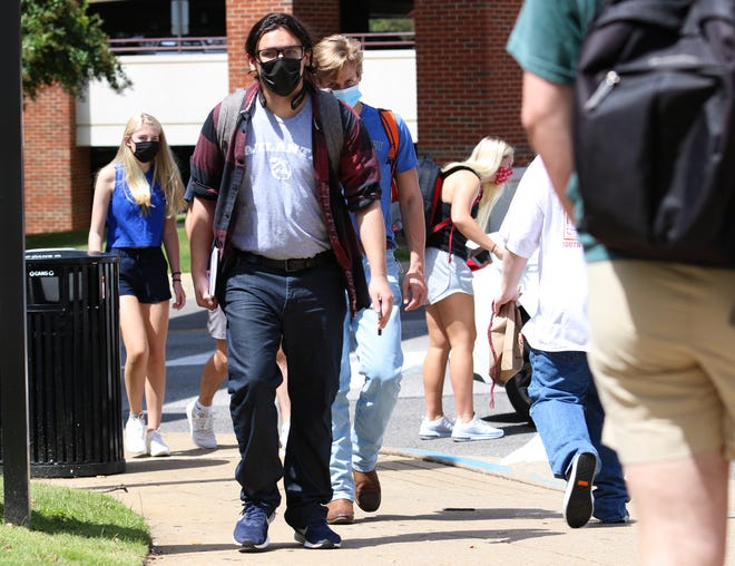 University of Alabama students are required to wear face masks or other face coverings while on campus and attending classes. [Photo/Hannah Saad]