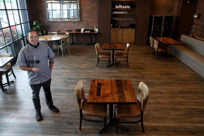 Anthony Pocco al Vilina Restaurant & Bar dopo che i tavoli sono stati distanziati per il distanziamento sociale.