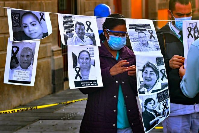 Fotografía de archivo fechada el 29 de mayo de 2020 que muestra a trabajadores médicos durante un acto de protesta por los compañeros fallecidos durante su labor contra la pandemia COVID-19, y para reclamar que se divulguen cifras reales, en Ciudad de México.