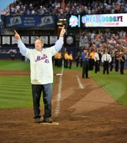 Tom Seaver salutes the crowd at Shea Stadium during a September 2008 game.