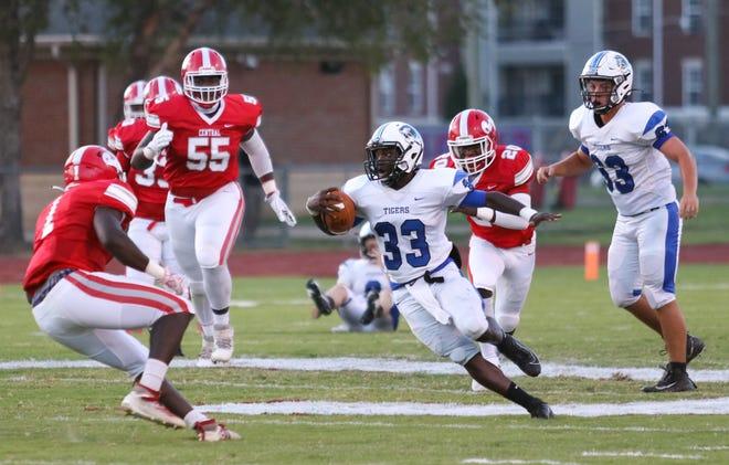 Demopolis running back Lamarion Kelly (33) rushes in a regular-season game against Central.