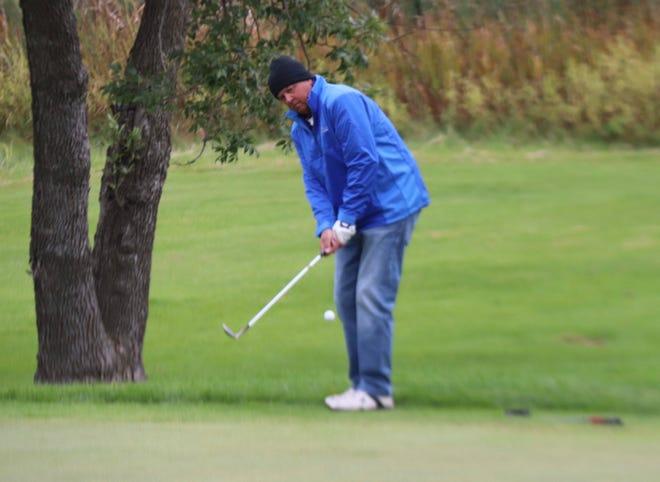 Mark Lyczewski chips his ball onto the green. Lyczewski won the Ernote Hiller Memorial Tournament at Minakwa Golf Course on Monday for a fifth time.