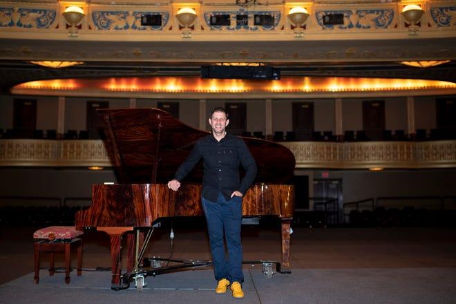 Yuval Sharon, el recién nombrado director artístico del Teatro de la Ópera de Michigan, posa para un retrato en el Teatro de la Ópera de Michigan en Detroit.