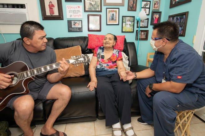A Esperanza Borboa y a su hijo Johnny les gusta cantarle canciones en español al enfermero Giancarlo Fratiglioni de Hospice of the Valley.