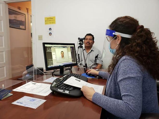 Los salvadoreños que deseen realizar sus trámites consulares en persona ya pueden hacerlo.