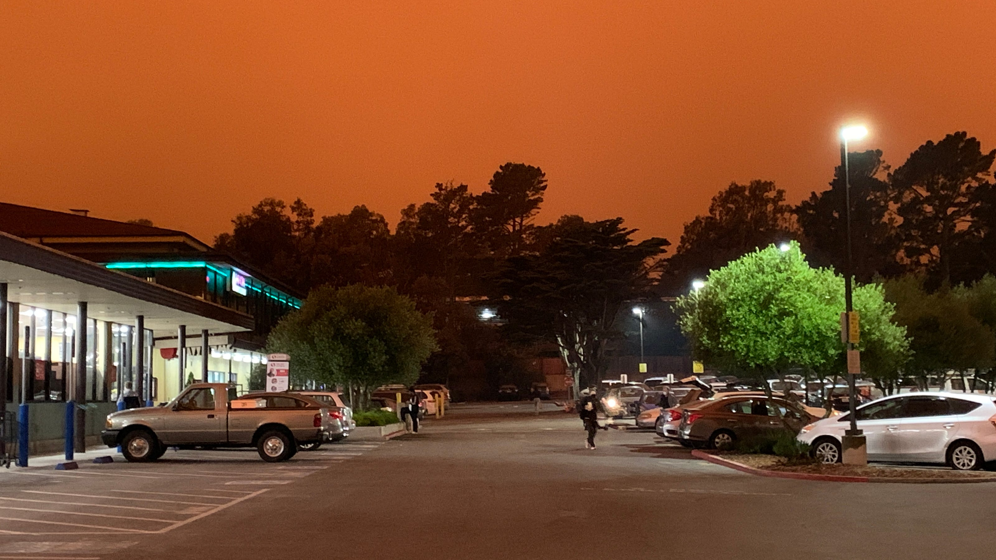 As heat wave brings 'critical risks' of wildfires, California contends with two new blazes thumbnail